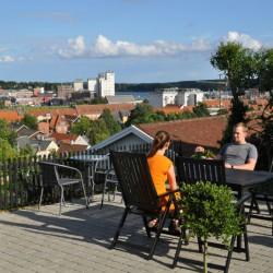 Stor terasse med fantastisk udsigt over hav og by