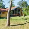 Dejlig have med gynge til børn