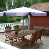 terrass med trädgårdsmöbler och parasoll