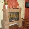 Del af stuen med kamin og TV