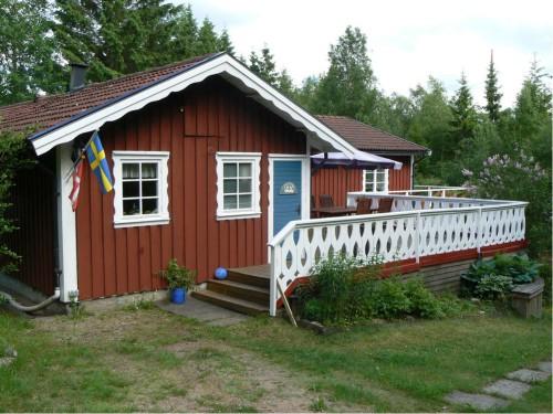 Vacker och Mysig Stuga nära Skog och Fiskesjö, Sverige