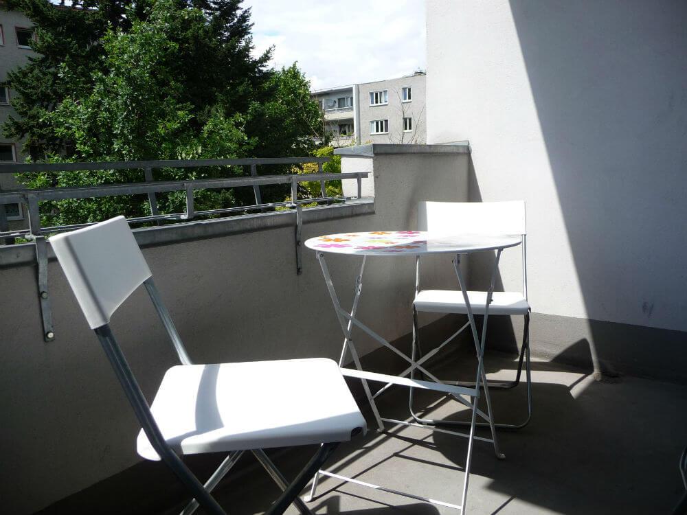 Der er masser af sol på balkonen. Her kan man sidde og nyde stilheden selvom man er midt i Berlin
