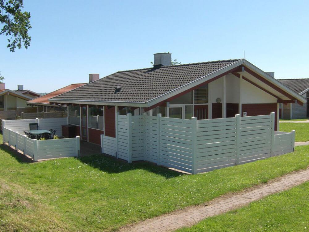 Der er flot udsigt over hav, natur og campingplads fra både køkken, stue og sommerhusets åbne terrasse