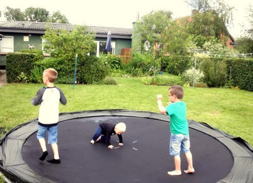 Hus på landet + udestue og nedgravet trampolin i baghaven