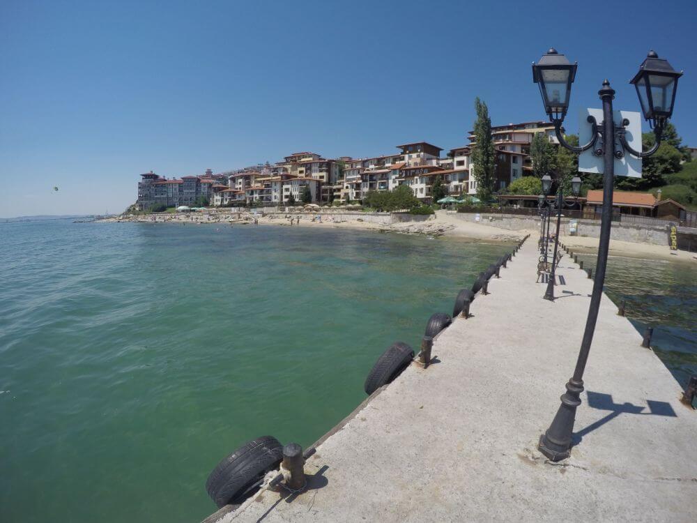 Resortets egen strand og badebro. Herfra kan du sejle til Sunny Beach og Nessebar i turistbåd