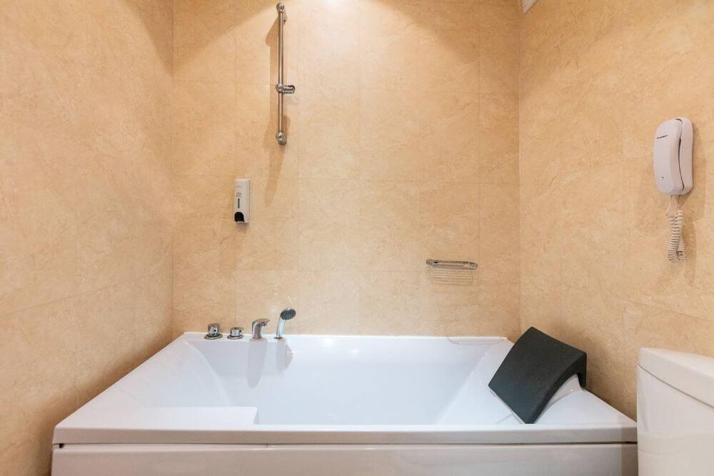 Ét badeværelse med badekar