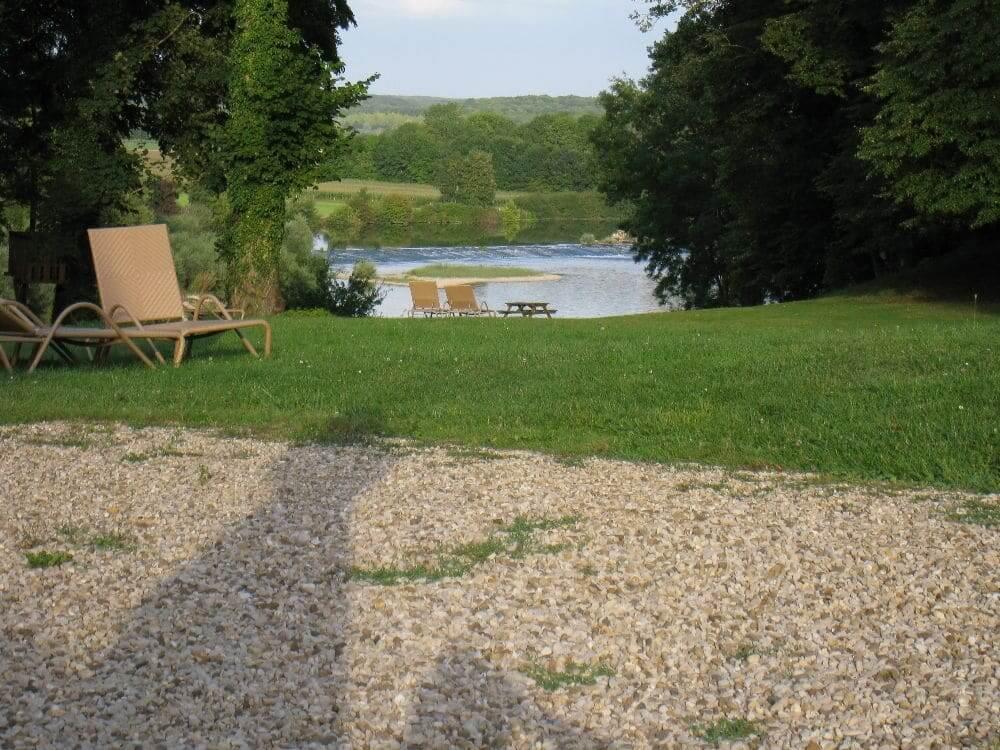Udsigten fra gårdspladsen mod øst, Doubs-floden