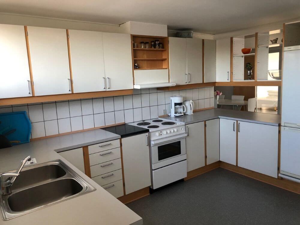 Køkken - i åben forbindelse til stue/spisestue